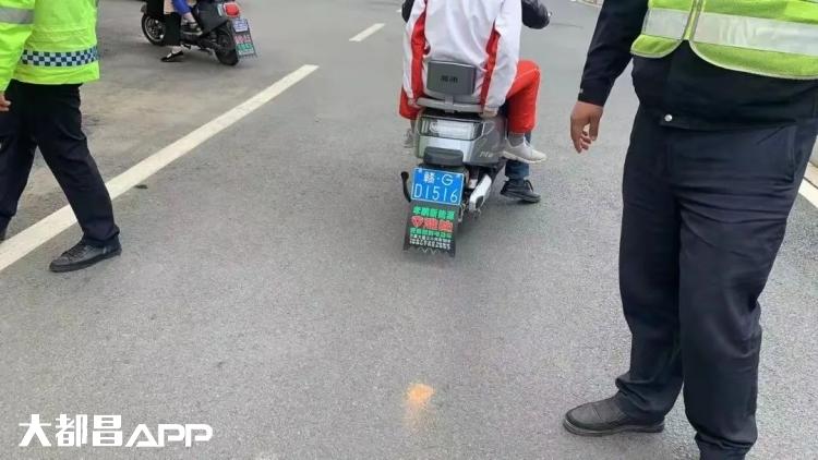 文明出行 平安你我|二、三轮摩托、电动车不按道行驶大曝光(四)