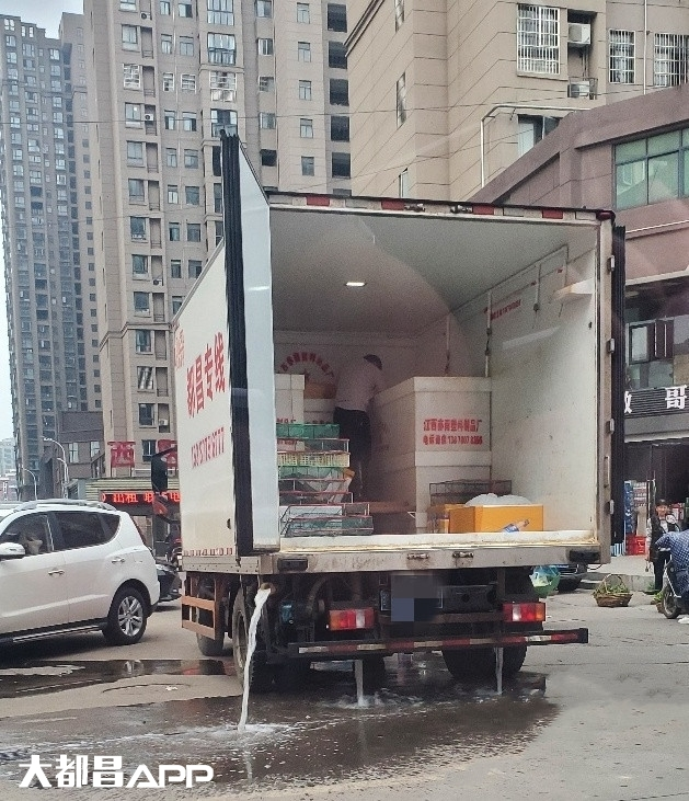 都昌滨水西区菜市场门口这辆车天天乱排水